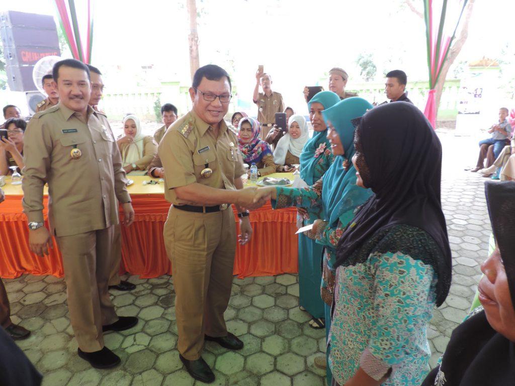 BERI BANTUAN - Bupati Tuba Ir Hanan A Rozak didampingi Wakil Bupati Heri Wardoyo saat memberikan bantuan kepada kader posyandu dalam rakor dinas kesehatan yang digelar di Banjarmargo