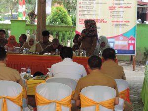 DISKUSI - Salah satu peserta menanyakan kepada Bupati terkait kebiajakan pemerintah dalam meningkatkan derajat kesehatan